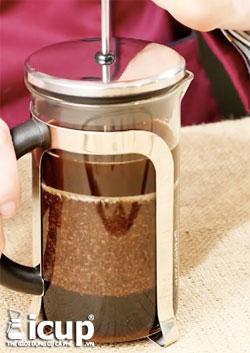 Nén pittong French Press xuống 1cm để nhấn chìm bột cà phê trong nước