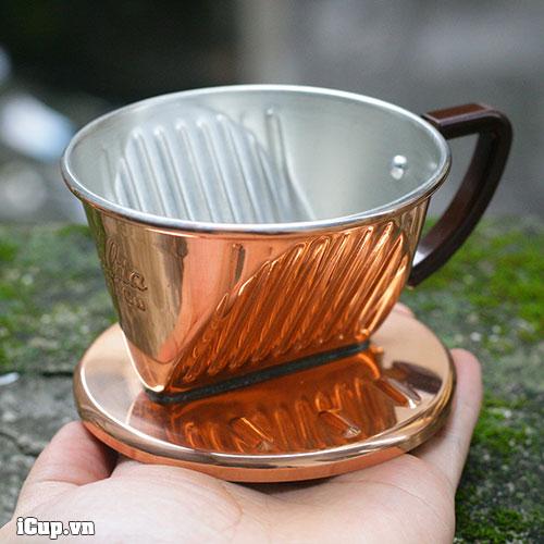 Trên tay chiếc phễu lọc cà phê bằng đồng Kalita size 101