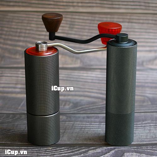 Bên trái là máy xay cà phê tay TimeMore Lite còn bên phải là đàn anh full nhôm nguyên khối Timemore Chestnut Slim