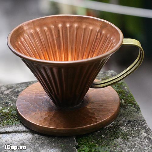 Phễu lọc cafe V60 Copper Hammer size 01 được chụp trên ban công nhà iCup