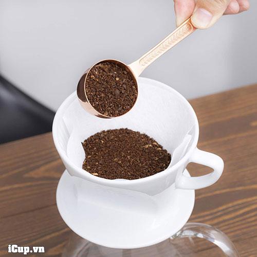 Pha cà phê với phễu kalita bằng giấy lọc kalita 101-102