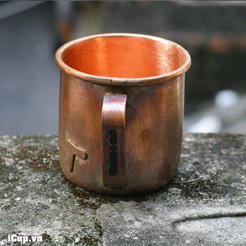 Quai cầm bằng đồng nên không nên đựng nước nóng vào chiếc cốc đồng này
