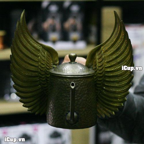Trên tay ấm rót cà phê bằng đồng thau với đôi cánh thiên thần hammer