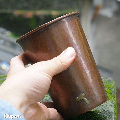 Trên tay chiếc cốc đồng Hammer 500ml cầm rất vừa vặn
