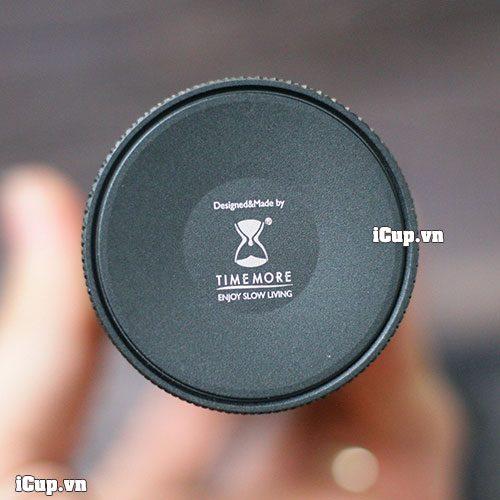 Đáy máy xay cà phê tay Time More có ghi thông tin về thiết kế và sản xuất
