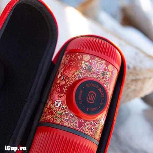 Đi kèm Nanopresso Red Tattoo Pixie là 1 bao da viền đỏ chính hãng Wacaco có giá bán lẻ 20 USD