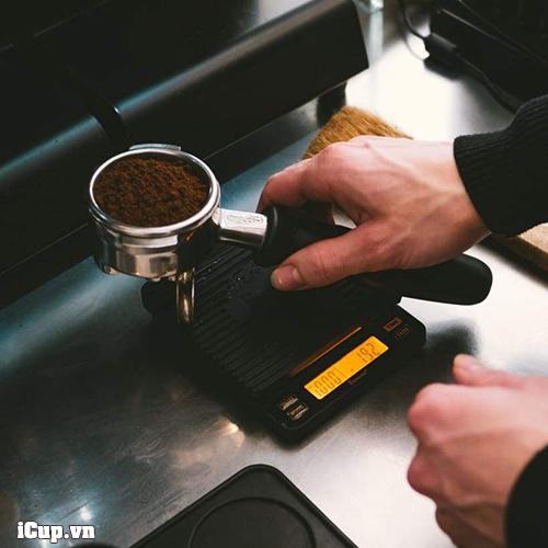 Cân Brewista Smart II nhỏ gọn chống nước nằm dưới khay máy espresso