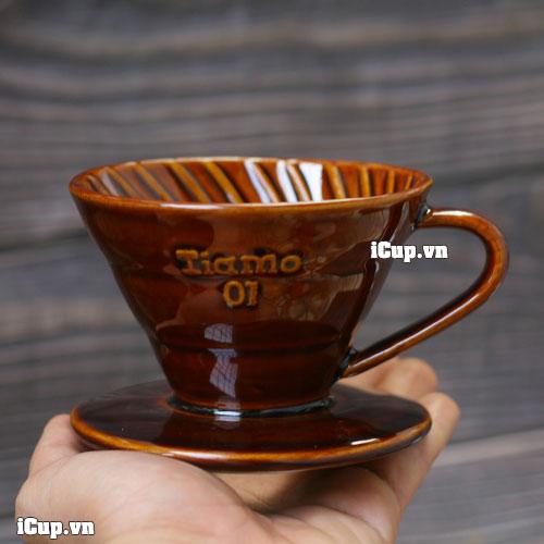 Trên tay phễu lọc cà phê gốm tráng men nâu Tiamo 01