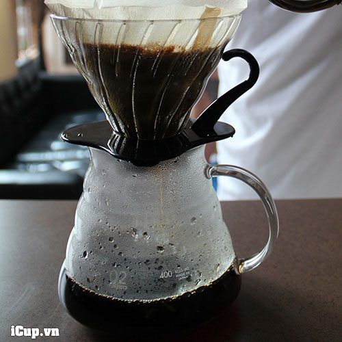Bình đựng cà phê hario server xgs-60tb luôn đi kèm với 1 chiếc phễu lọc Hario