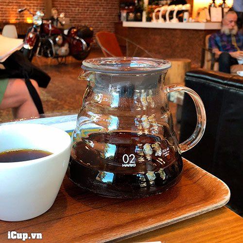 Bình đựng cà phê thuỷ tinh Hario thường được sử dụng tại quán cà phê để khách tự rót cà phê vào tách theo nhu cầu