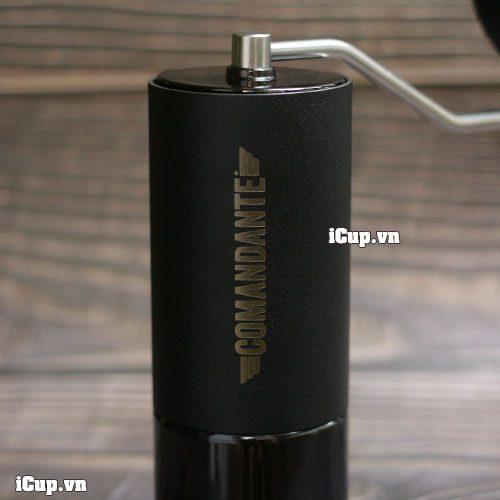 Bề mặt sơn đen sần, với dòng chữ COMANDANTE chìm trên bề mặt khung kim loại
