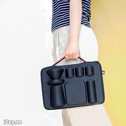 Trên tay là valy Nano Carrying Timemore chuyên dụng pha cà phê khi đi du lịch