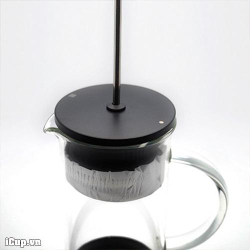 Giấy lọc được lồng vào pittong của bình pha cà phê French Press