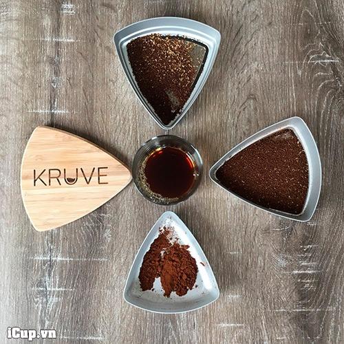 Sàng trên cùng lọc bột thô, sàng giữa lọc bột cà phê cần sử dụng, và khay cuối cùng chứa bột cà phê quá mịn của Kruve